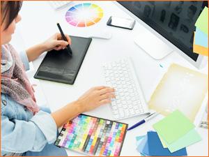 Дизайнер разрабатывает макет рекламы на планшете и компьютере