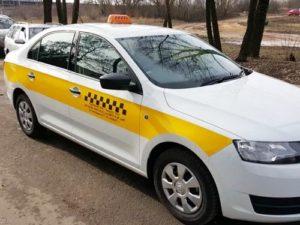 Наклейка такси на белой машине