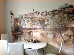 Дизайнерское решение оклеить стену на кухне фотообоями